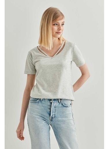 Vitrin Yaka Detaylı Kısa Kol T-Shirt Gri